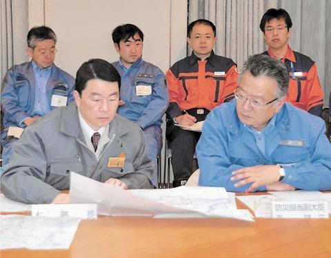 地図を見ながら被害状況を確認する村井知事と東副大臣