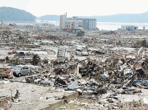 津波の襲来から一夜明けた南三陸町志津川