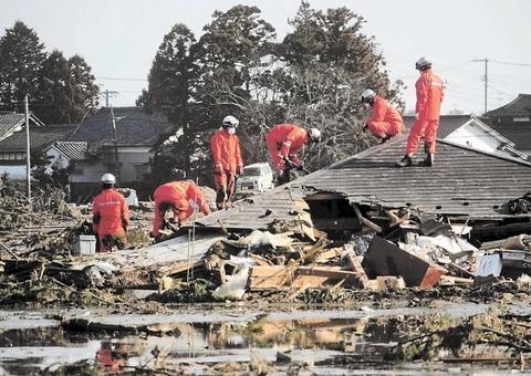 生存者を捜索する消防隊員