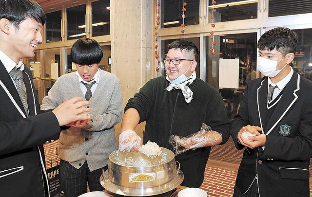 高校生と葛尾産米のおにぎりを握る下枝さん