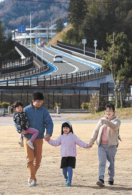 公園を散歩する伊藤さん一家