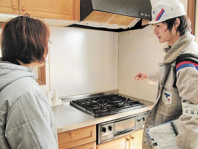 震災発生当時、都市ガス復旧のため家庭のガス器具を点検する応援の作業員