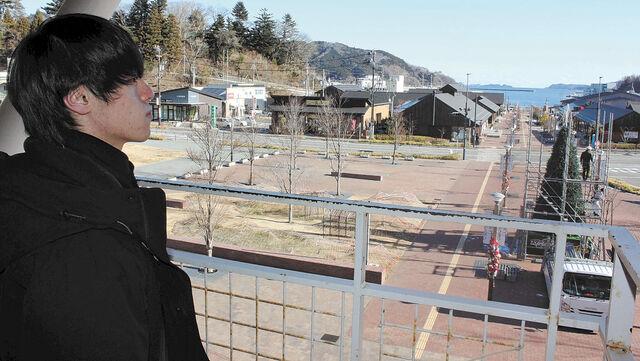JR女川駅の展望フロアから新市街地と海を望む辻山さん